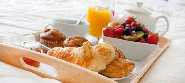 breakfast-in-hotel-bed